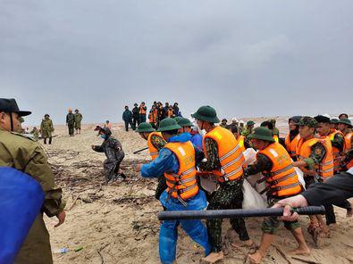 Cứu sống toàn bộ người trên tàu chìm ở Quảng Trị nhưng đang xác minh số người - Ảnh 2.
