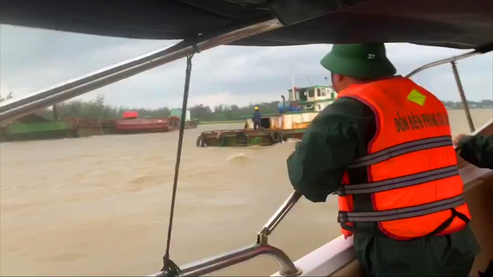 """Quảng Nam: """"Vật lộn"""" với nước lũ cứu 6 công nhân an toàn - Ảnh 2."""