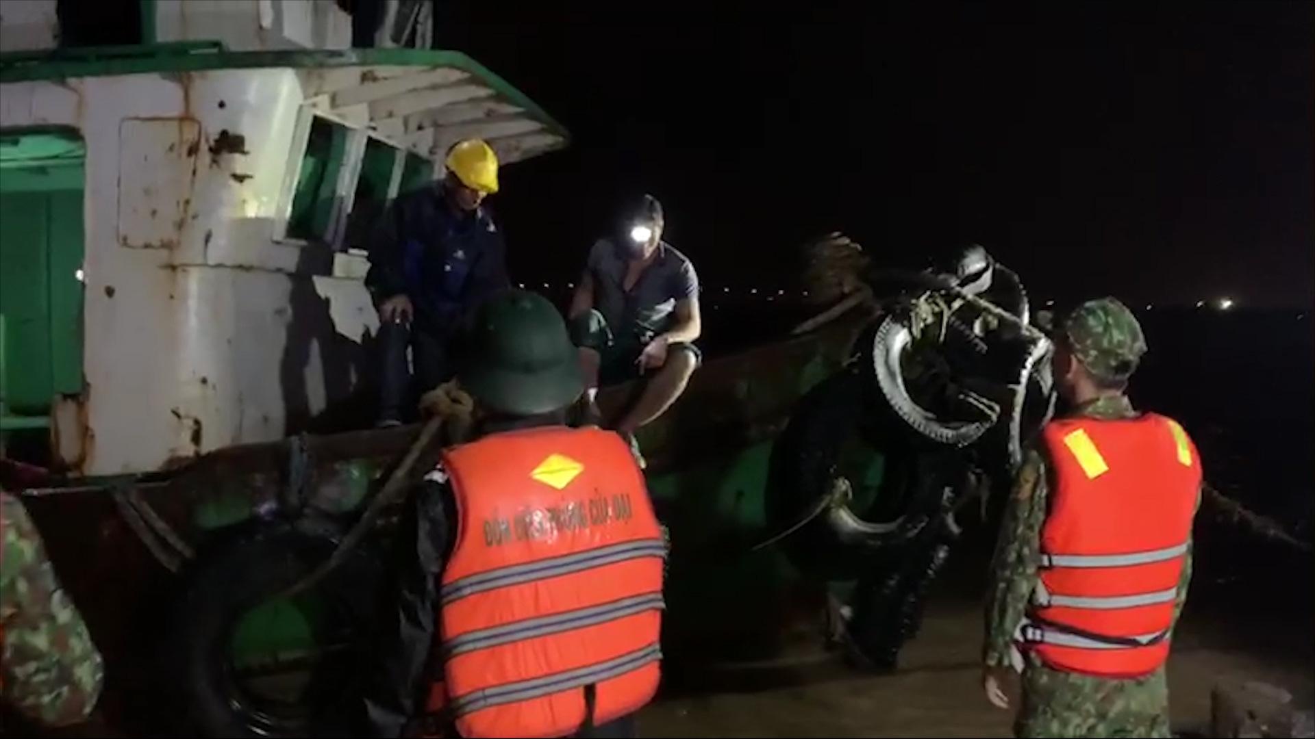 """Quảng Nam: """"Vật lộn"""" với nước lũ cứu 6 công nhân an toàn - Ảnh 3."""