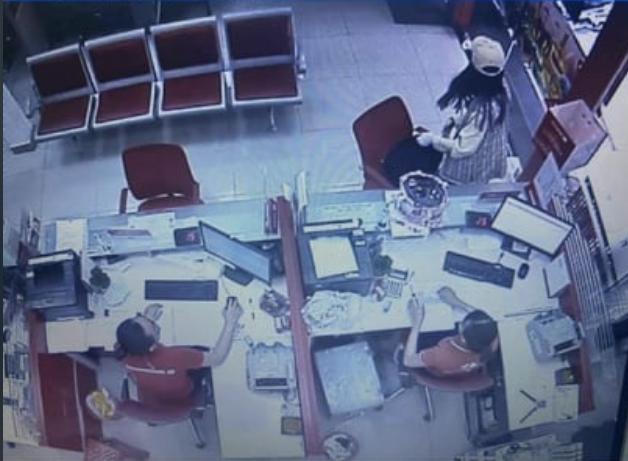 CLIP: Cô gái bạo gan cướp 2,1 tỉ đồng tại Techcombank Tân Phú, TP HCM - Ảnh 1.