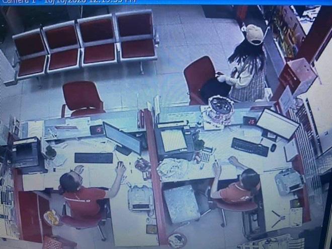 Tình tiết khó tin vụ nữ nghi can cướp 2 tỷ tại ngân hàng Techcombank - Ảnh 1.