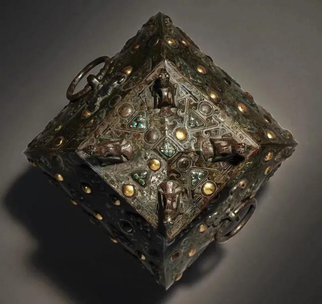 Gây chấn động thế giới khảo cổ: Chiếc bình vuông bằng đồng thời chiến quốc có giá nghìn triệu đô - Ảnh 3.
