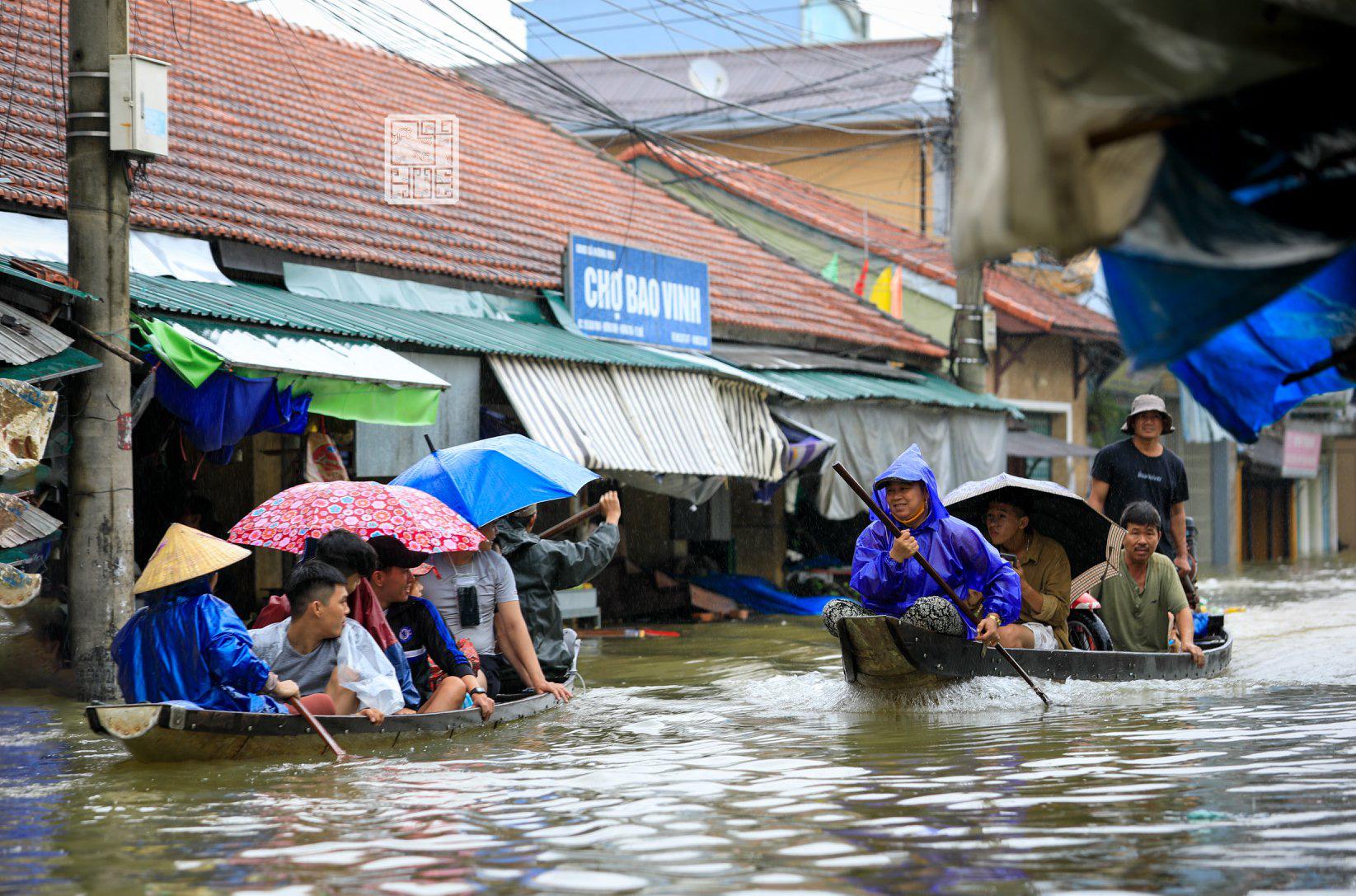 Huế ngập nặng, người dân dùng thuyền đi lại trên phố - Ảnh 3.