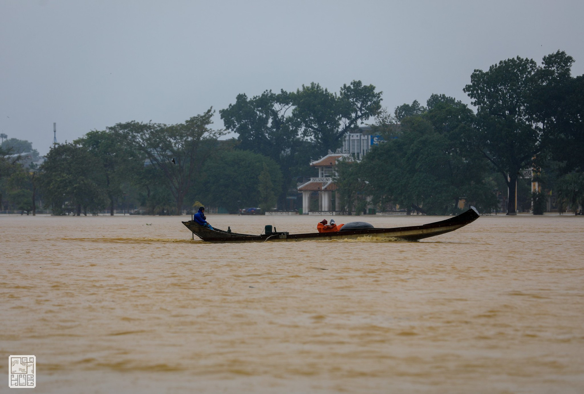 Huế ngập nặng, người dân dùng thuyền đi lại trên phố - Ảnh 4.