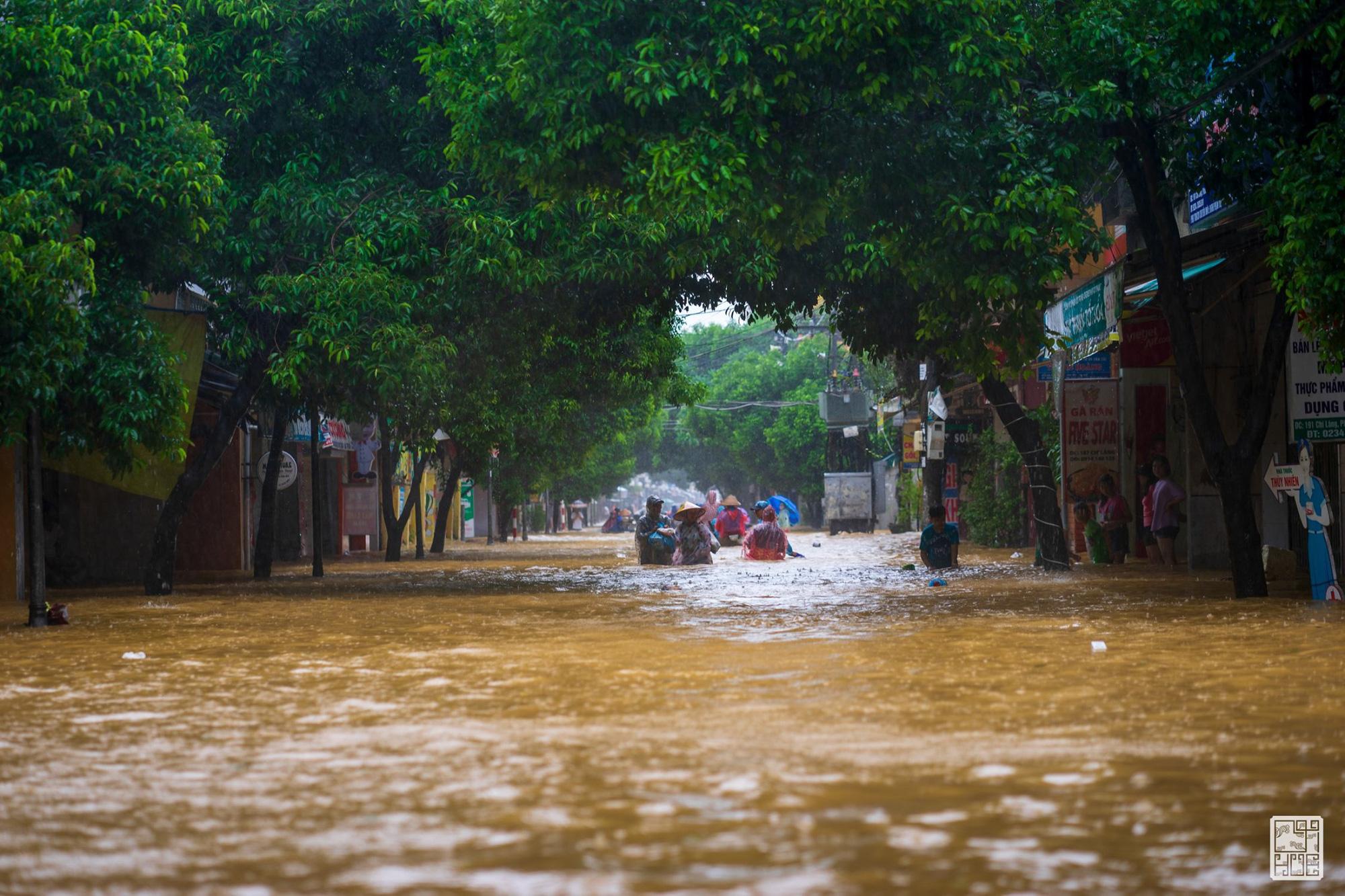 Huế ngập nặng, người dân dùng thuyền đi lại trên phố - Ảnh 6.
