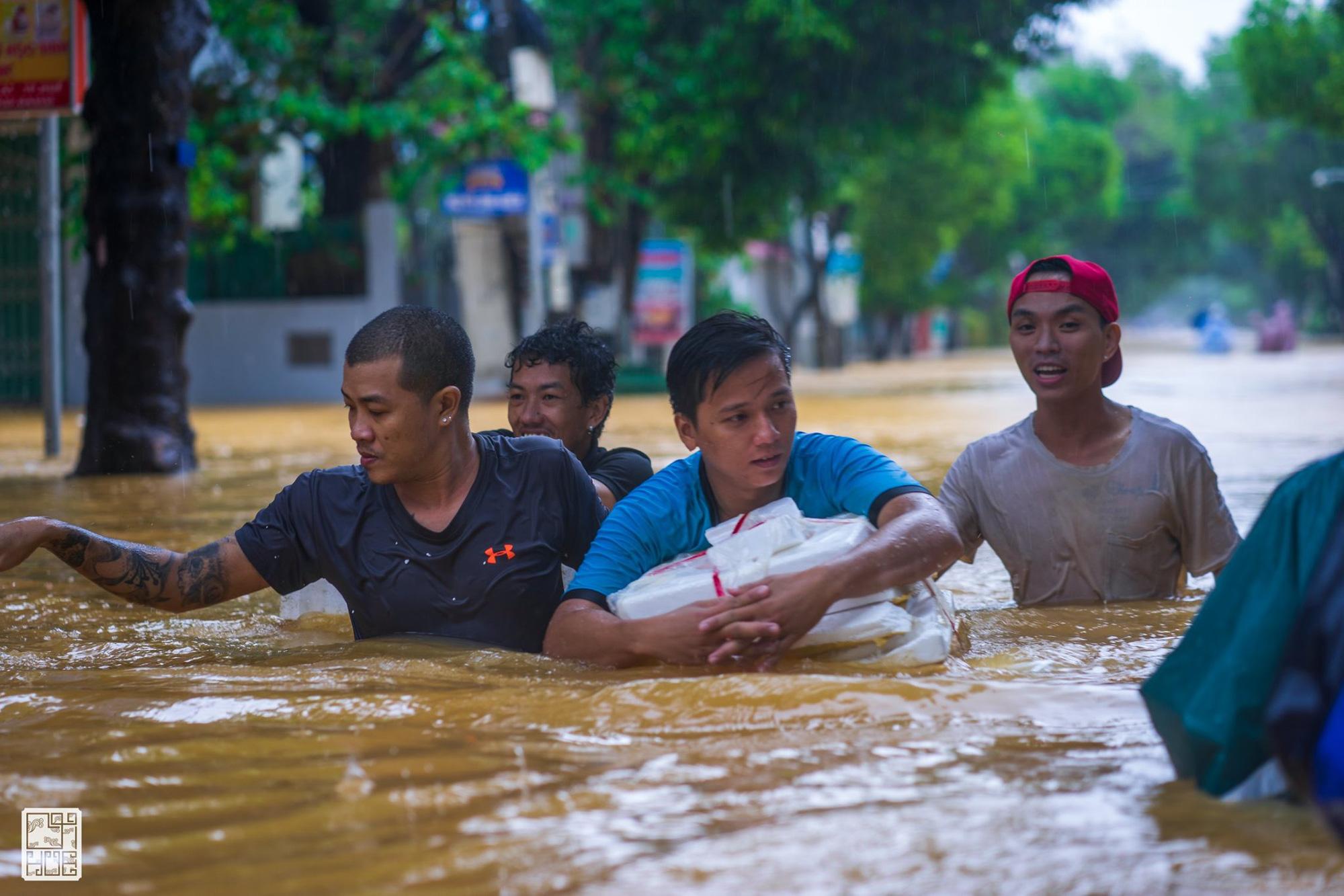 Huế ngập nặng, người dân dùng thuyền đi lại trên phố - Ảnh 8.