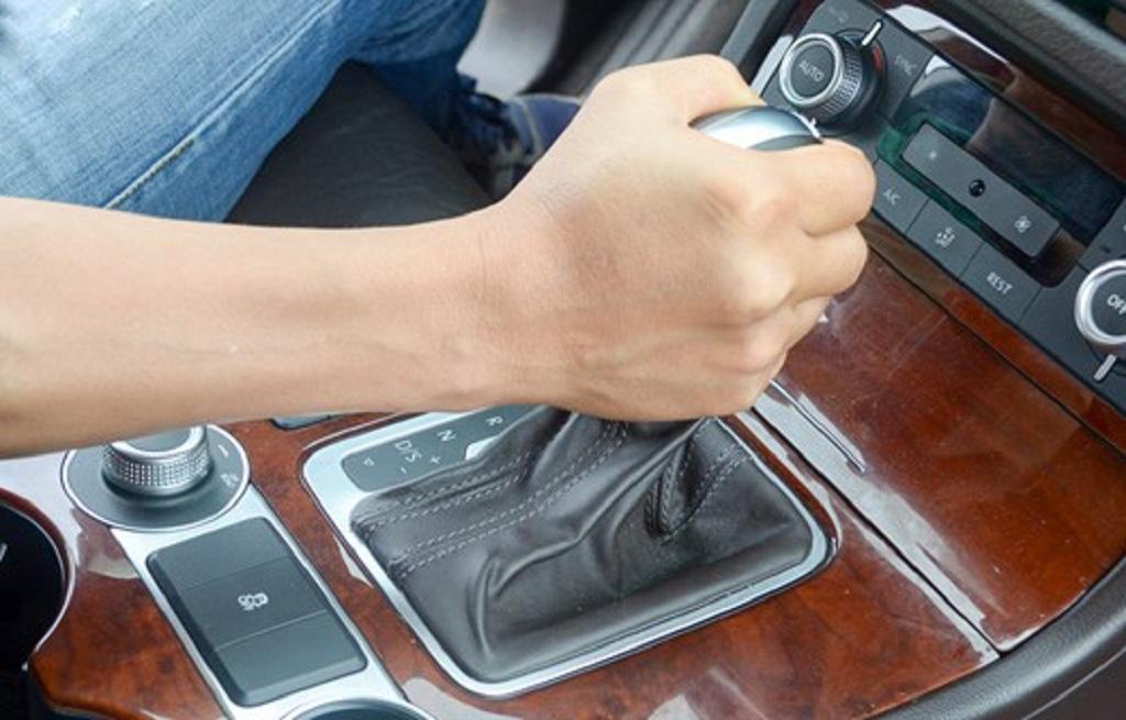 Lái xe ô tô số tự động tưởng dễ nhưng vẫn cần chú ý những mẹo này - Ảnh 3.