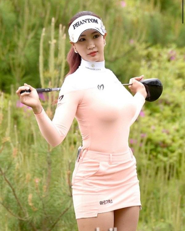 """Nữ golf thủ xinh đẹp Hàn Quốc """"khốn khổ"""" vì theo đuổi phong cách gợi cảm - Ảnh 1."""
