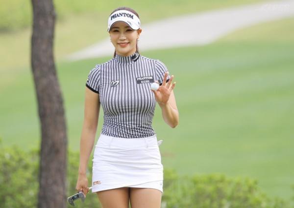 """Nữ golf thủ xinh đẹp Hàn Quốc """"khốn khổ"""" vì theo đuổi phong cách gợi cảm - Ảnh 2."""