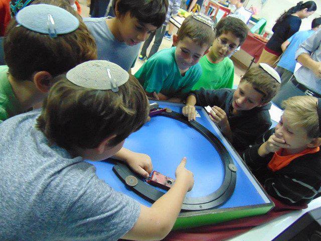 Người Do Thái dạy trẻ em lúc nào cũng phải ồn ào như cái chợ vỡ - Ảnh 2.