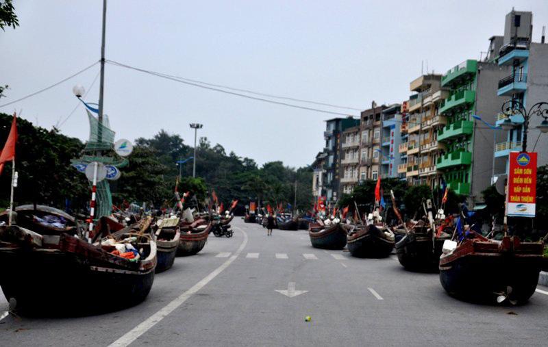 Thuyền bè tại Sầm Sơn lên vỉa hè, đường nhựa tránh bão - Ảnh 4.