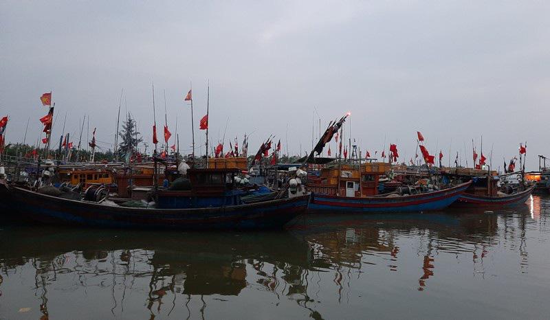 Thuyền bè tại Sầm Sơn lên vỉa hè, đường nhựa tránh bão - Ảnh 1.