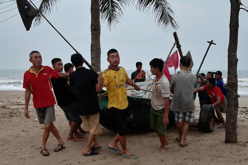 Thuyền bè tại Sầm Sơn lên vỉa hè, đường nhựa tránh bão - Ảnh 3.