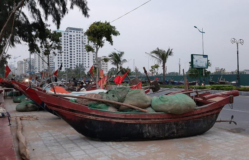 Thuyền bè tại Sầm Sơn lên vỉa hè, đường nhựa tránh bão - Ảnh 7.