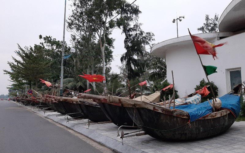 Thuyền bè tại Sầm Sơn lên vỉa hè, đường nhựa tránh bão - Ảnh 6.