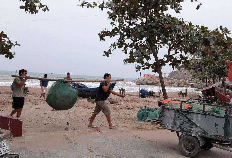 Thuyền bè tại Sầm Sơn lên vỉa hè, đường nhựa tránh bão - Ảnh 5.