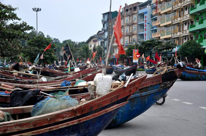 Thuyền bè tại Sầm Sơn lên vỉa hè, đường nhựa tránh bão - Ảnh 2.