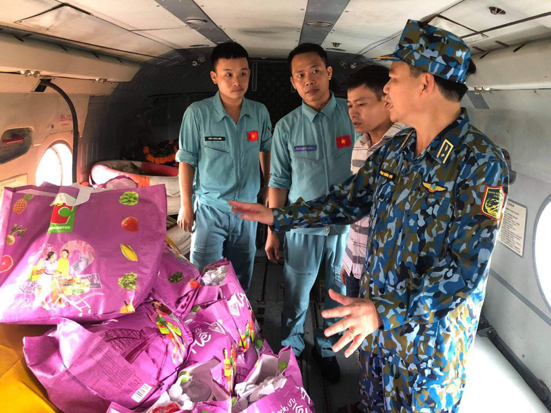 Trực thăng vượt núi, thả nhu yếu phẩm cứu tế những người mắc kẹt tại thủy điện Rào Trăng 3 - Ảnh 1.
