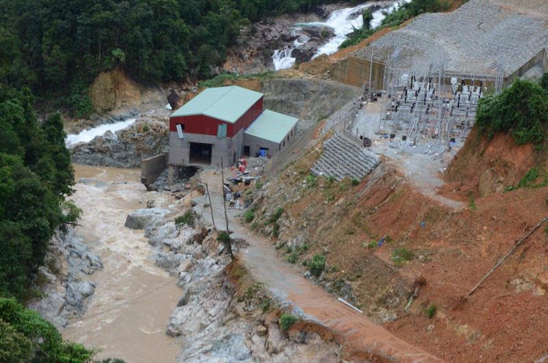 Trực thăng vượt núi, thả nhu yếu phẩm cứu tế những người mắc kẹt tại thủy điện Rào Trăng 3 - Ảnh 2.