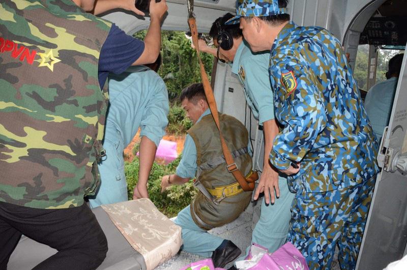 Trực thăng vượt núi, thả nhu yếu phẩm cứu tế những người mắc kẹt tại thủy điện Rào Trăng 3 - Ảnh 3.