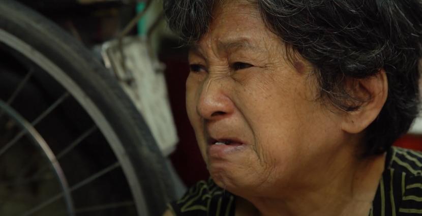 Color Man Bửu Điền 'toát mồ hôi hột' đạp xe lên dốc cầu bán đá bào cho cụ ông 84 tuổi trong Tiếng rao 4.0 - Ảnh 3.