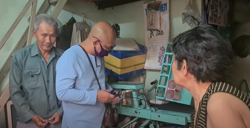 Color Man Bửu Điền 'toát mồ hôi hột' đạp xe lên dốc cầu bán đá bào cho cụ ông 84 tuổi trong Tiếng rao 4.0 - Ảnh 2.