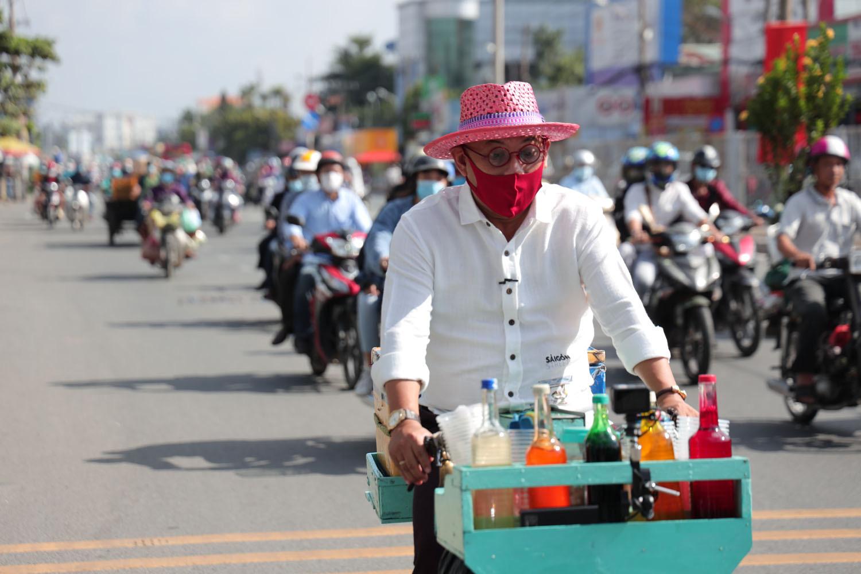 Color Man Bửu Điền 'toát mồ hôi hột' đạp xe lên dốc cầu bán đá bào cho cụ ông 84 tuổi trong Tiếng rao 4.0 - Ảnh 4.
