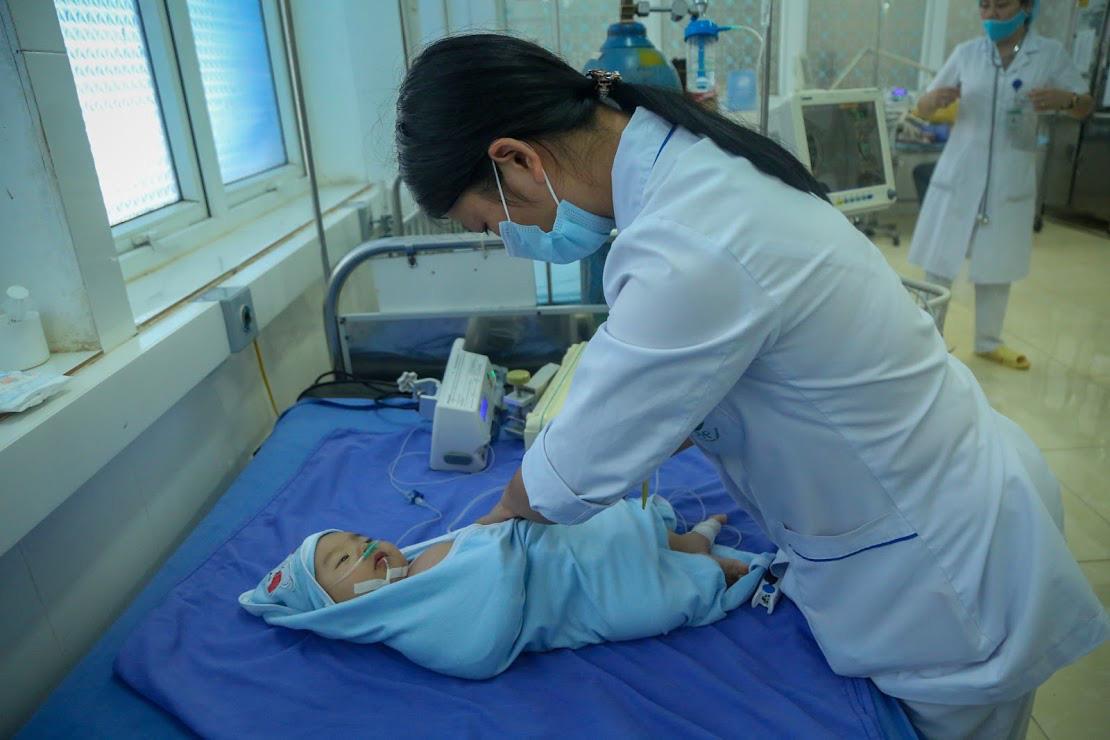 Về việc 2 trẻ tử vong sau tiêm chủng tại Sơn La, Vĩnh Phúc: Không phát hiện bất thường ở lô vắc xin - Ảnh 1.