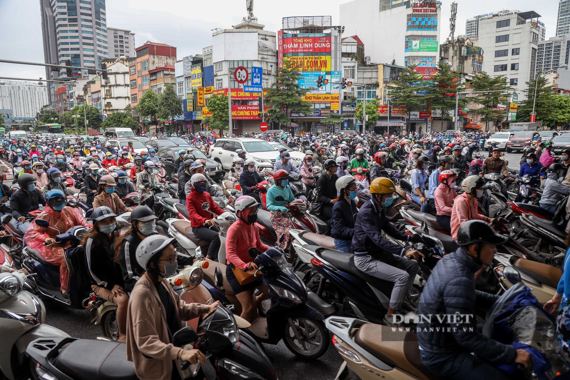 Tắc đường kinh hoàng trên địa bàn nhiều quận ở Hà Nội - Ảnh 2.
