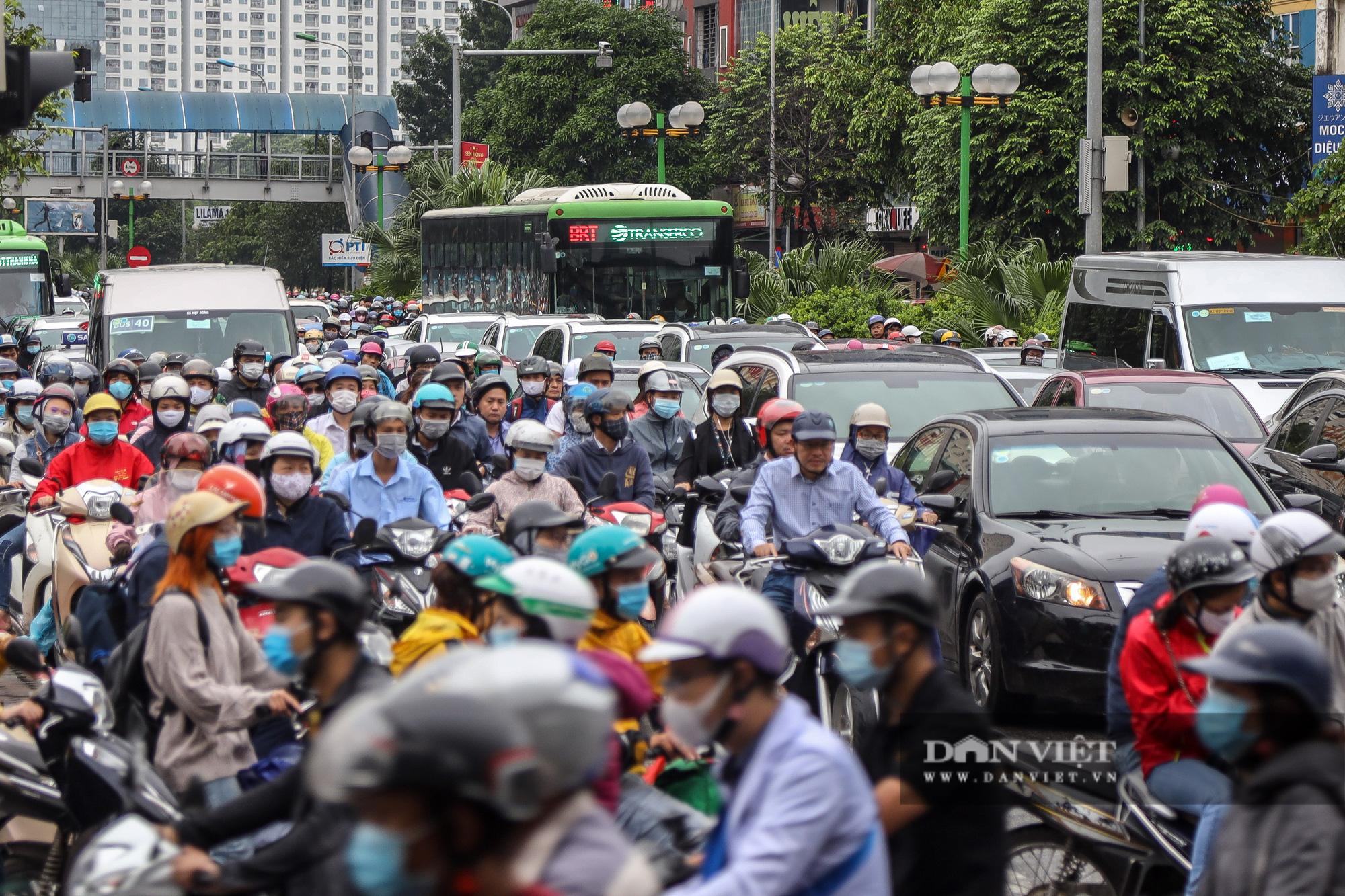 Tắc đường kinh hoàng trên địa bàn nhiều quận ở Hà Nội - Ảnh 3.