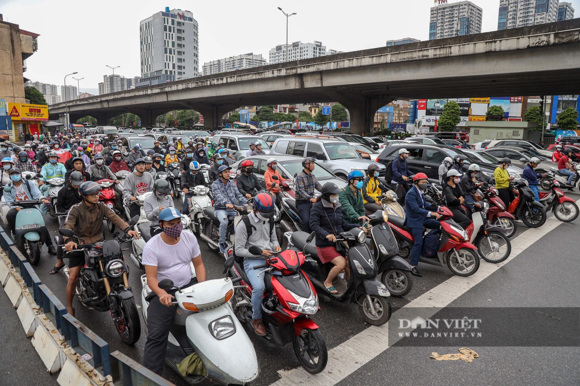 Tắc đường kinh hoàng trên địa bàn nhiều quận ở Hà Nội - Ảnh 5.