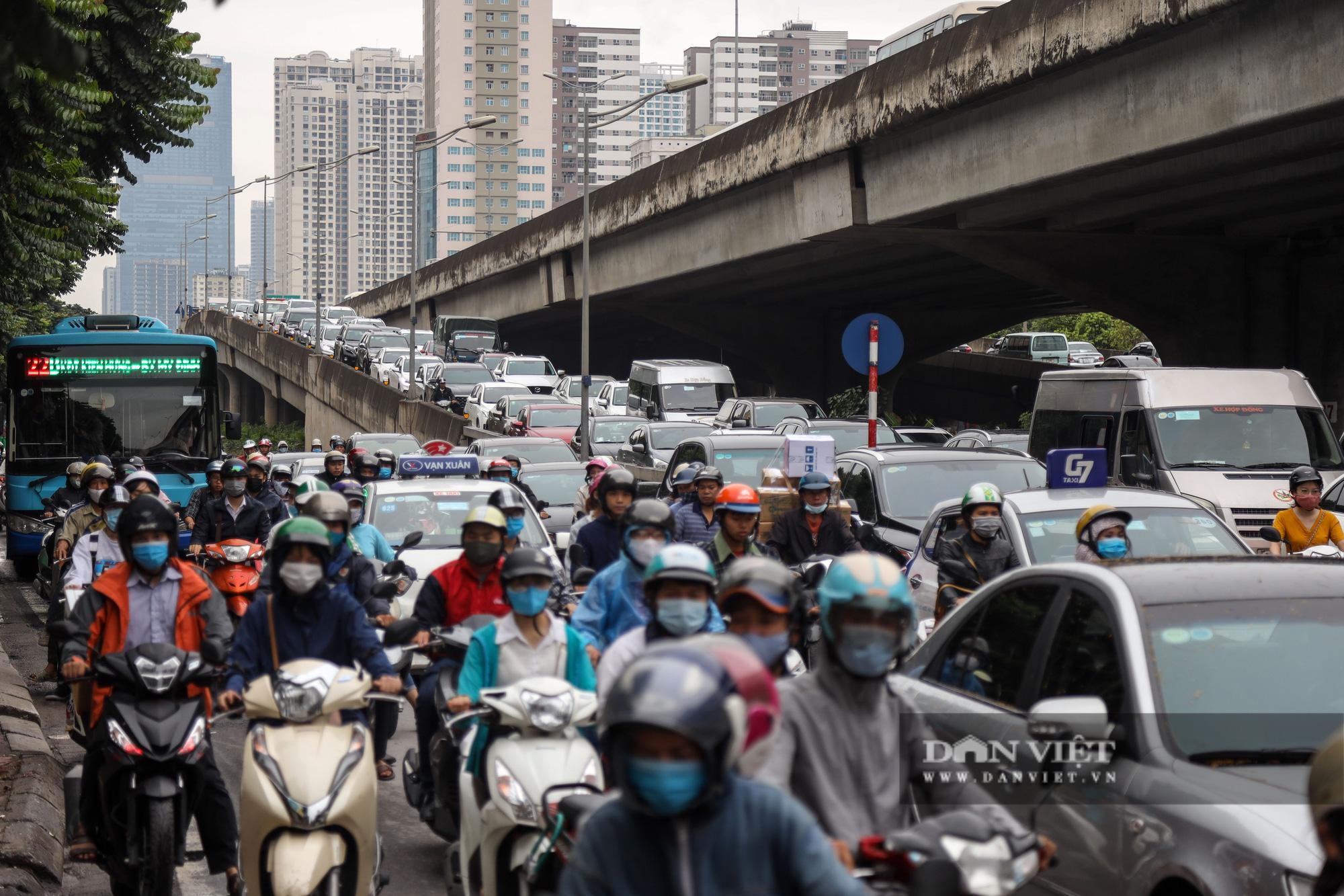 Tắc đường kinh hoàng trên địa bàn nhiều quận ở Hà Nội - Ảnh 7.