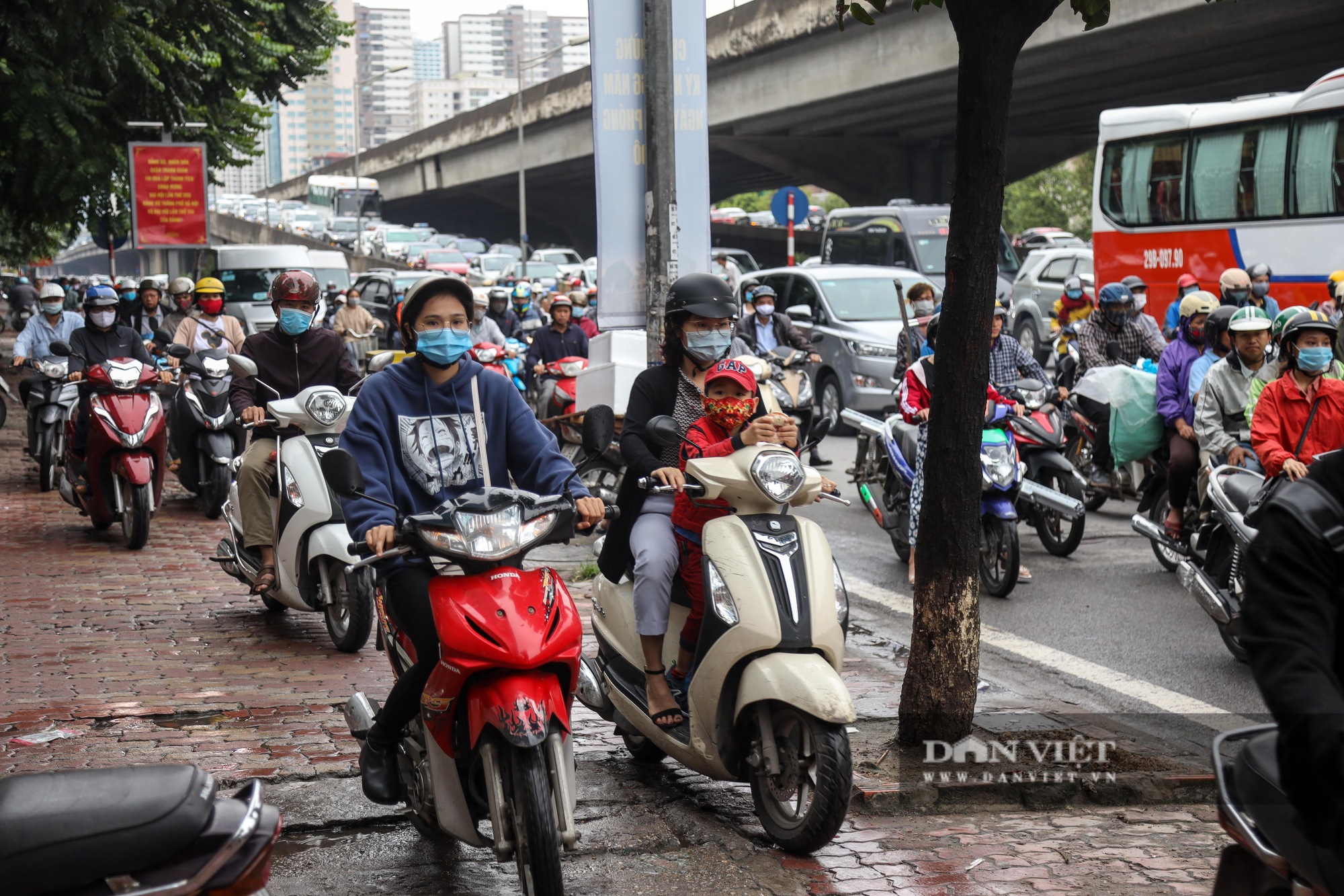 Tắc đường kinh hoàng trên địa bàn nhiều quận ở Hà Nội - Ảnh 8.