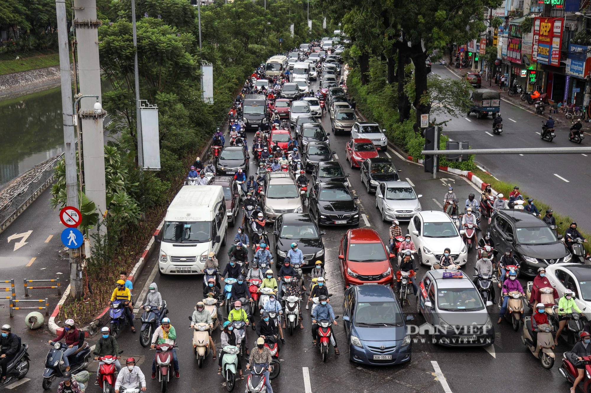 Tắc đường kinh hoàng trên địa bàn nhiều quận ở Hà Nội - Ảnh 9.