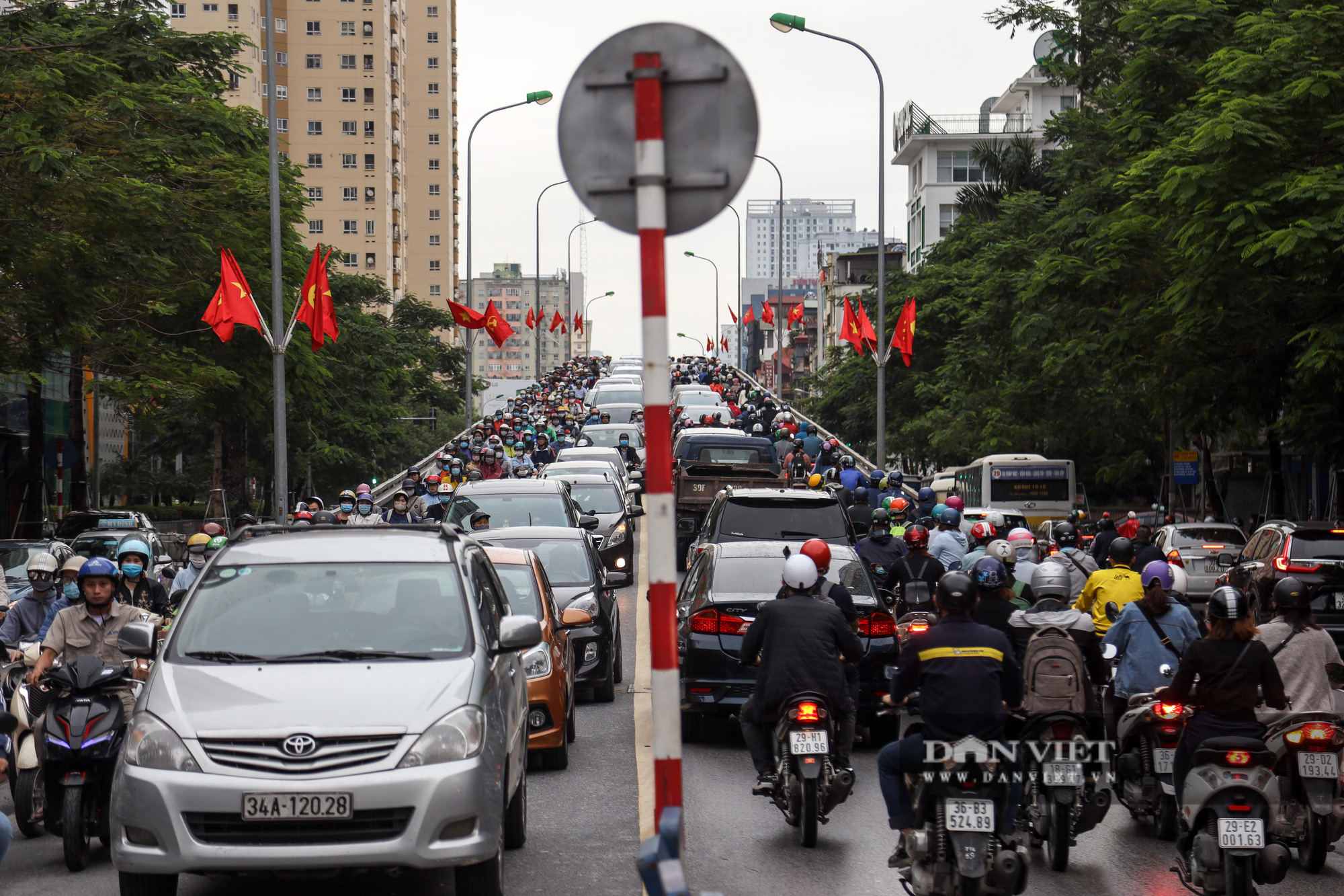Tắc đường kinh hoàng trên địa bàn nhiều quận ở Hà Nội - Ảnh 11.