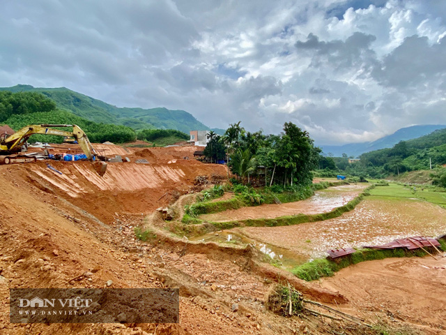 """Quảng Ngãi: Dự án khẩn 77 tỷ """"phủ"""" đất sỏi xuống đầy ruộng lúa của dân  - Ảnh 1."""