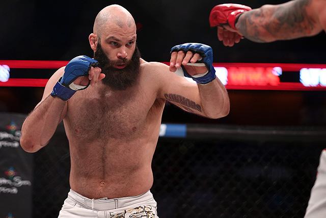 """Võ sĩ MMA đấm 1 phát hạ gục """"tướng cướp"""" cao 1m96, nặng 108 kg - Ảnh 1."""