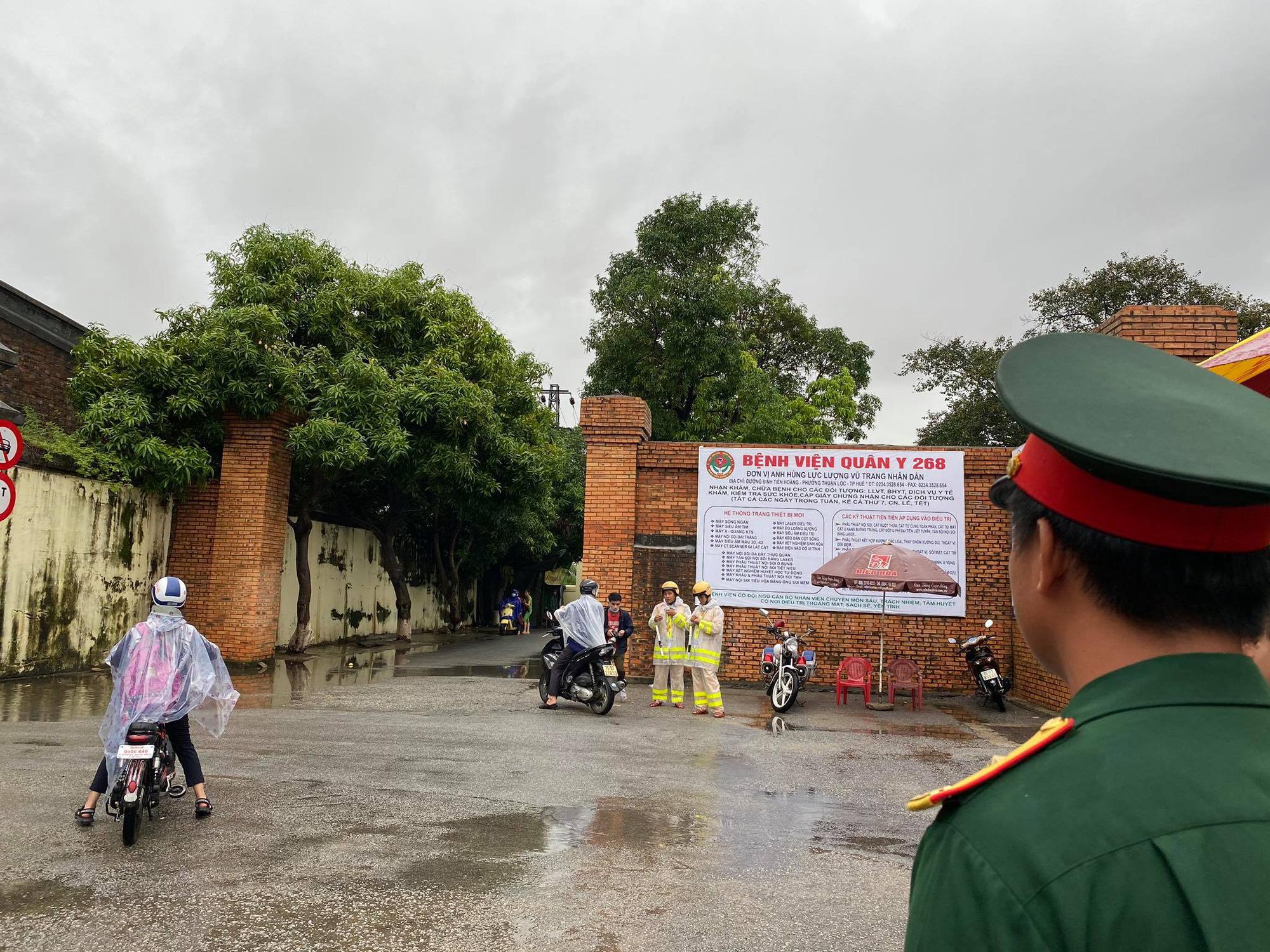 Rất đông người dân vào thắp hương 13 cán bộ, chiến sỹ tại Bệnh viện Quân y 268 - Ảnh 3.