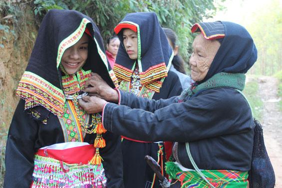Thái Nguyên: Nghi lễ tơ hồng ấn tượng của người Dao Lô Gang - Ảnh 1.