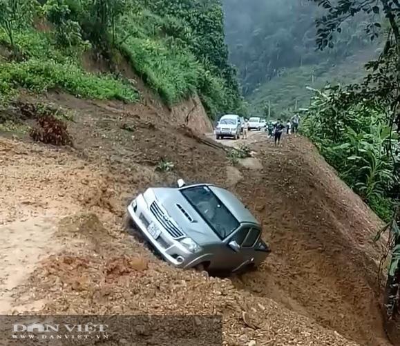 Video: Sạt lở đất ở Sơn La đẩy ô tô rơi xuống vực - Ảnh 2.