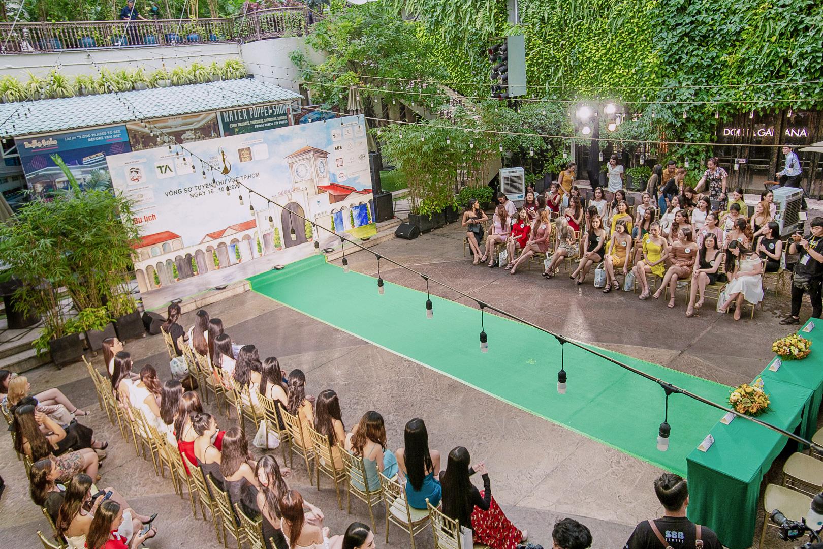 Dàn thí sinh Miss Tourism trình diễn thời trang giữa vườn treo - Ảnh 5.