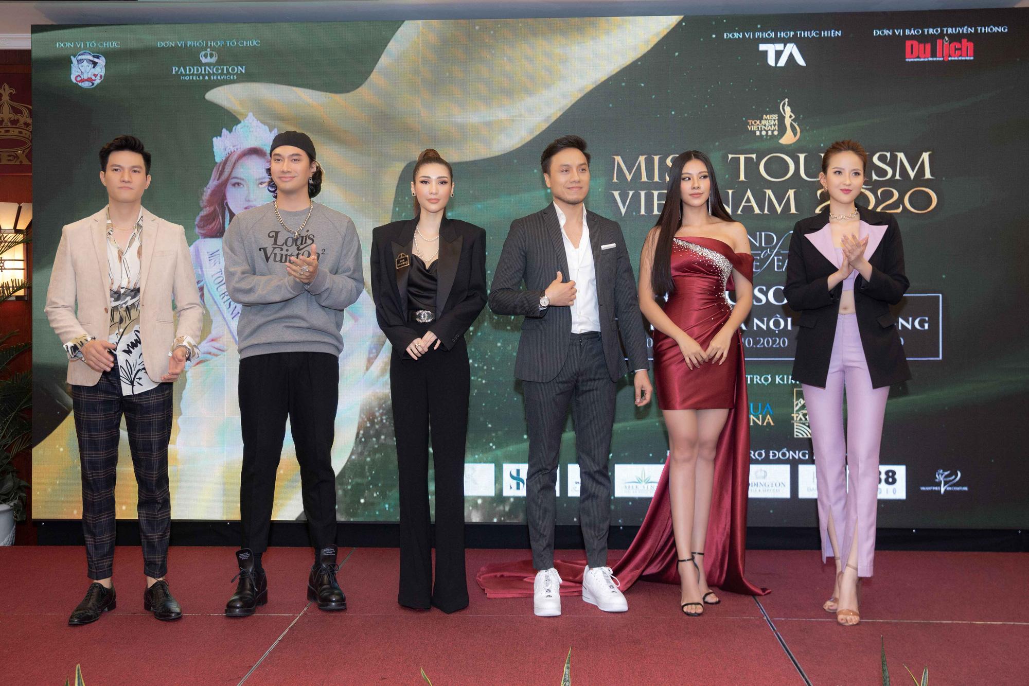 Dàn thí sinh Miss Tourism trình diễn thời trang giữa vườn treo - Ảnh 2.