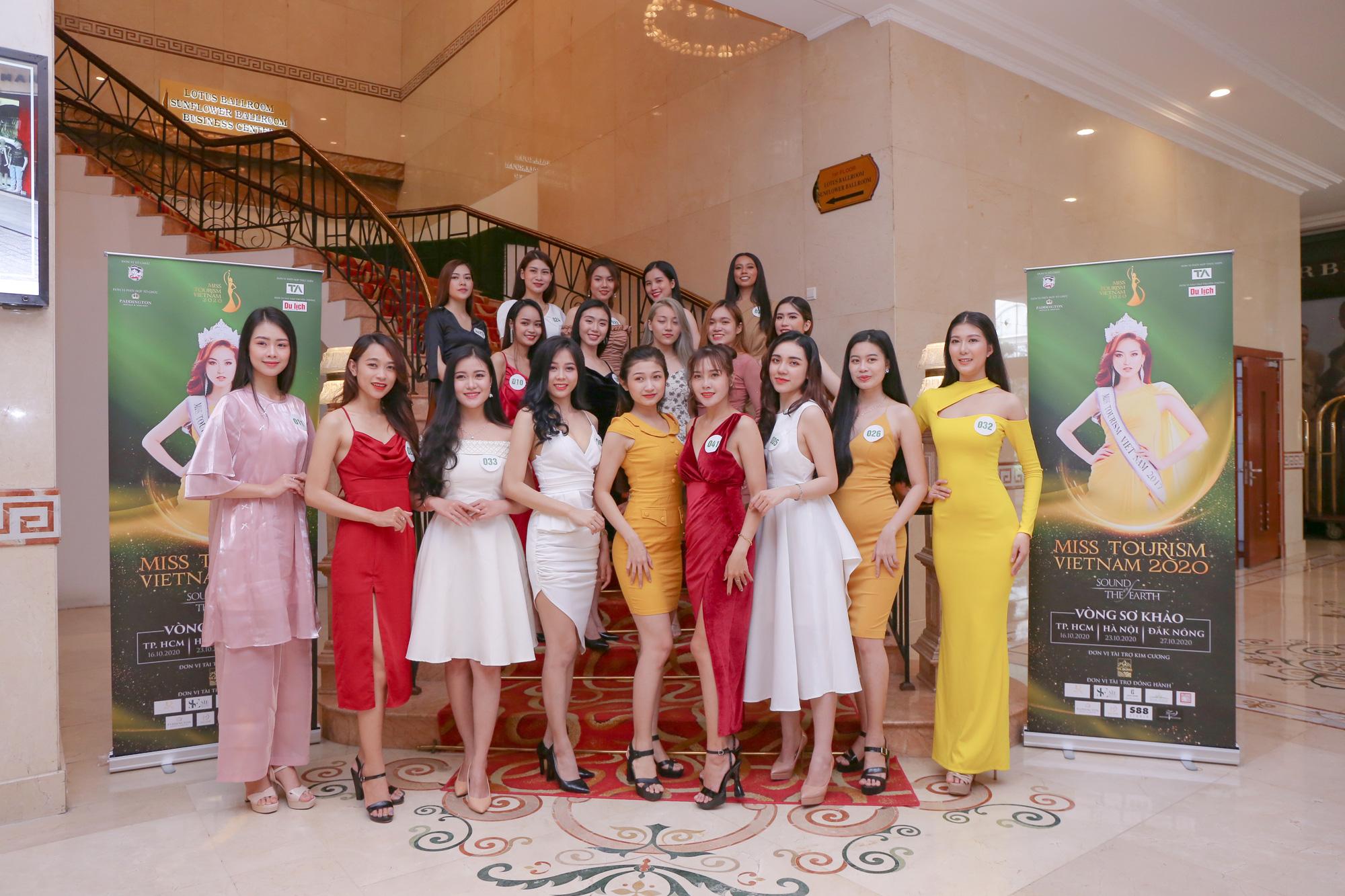 Dàn thí sinh Miss Tourism trình diễn thời trang giữa vườn treo - Ảnh 3.
