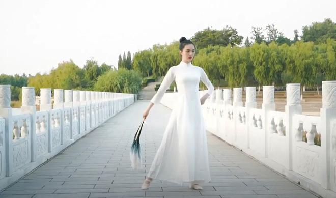 """Dân mạng """"dậy sóng"""" thí sinh Trung Quốc thi Hoa hậu Trái đất lại mặc áo dài Việt Nam? - Ảnh 2."""