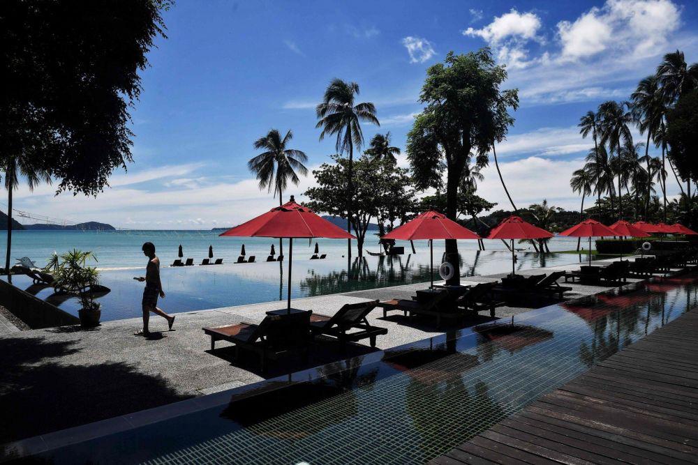 Biển Phuket vắng vẻ đến lạ thường vì dịch Covid-19 - Ảnh 13.