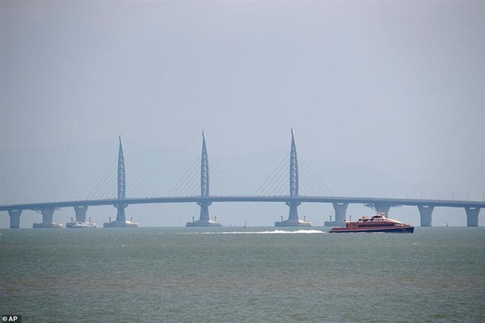 Chiêm ngưỡng cây cầu vượt biển dài nhất thế giới tại Trung Quốc - Ảnh 2.