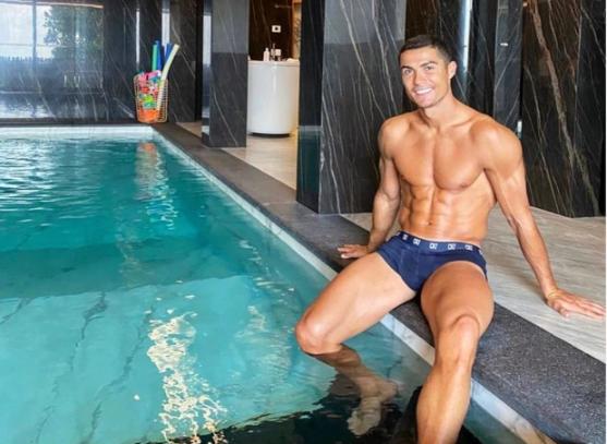 Ronaldo cười rất tươi khi cách ly ở nhà riêng