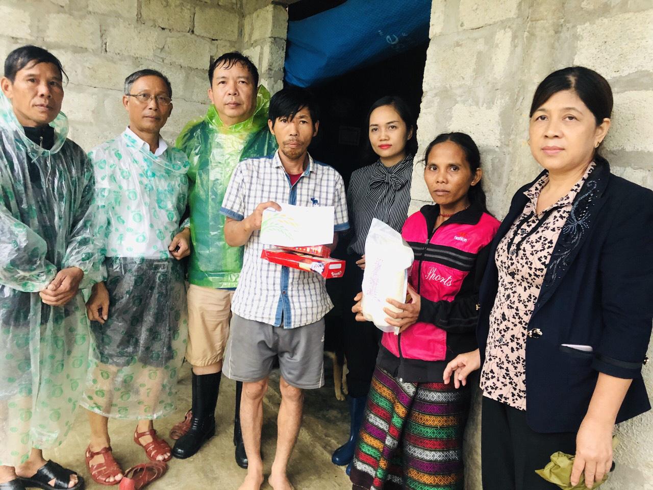 1000 suất quà cứu trợ của báo NTNN đến được với người dân Quảng Trị  - Ảnh 15.