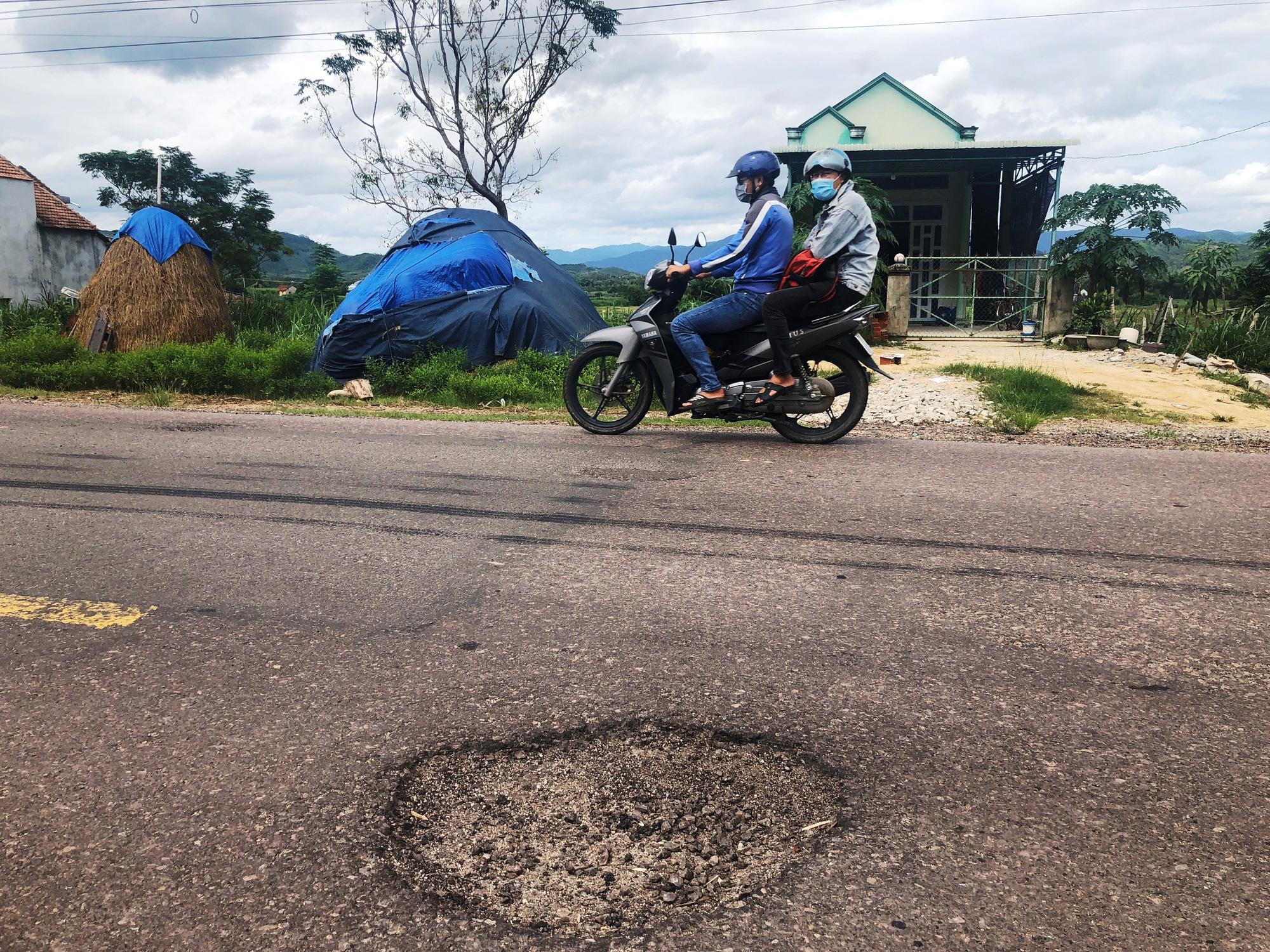 """Bình Định: Quốc lộ 19 xuất hiện """"ổ voi, ổ gà""""…gây bất an cho người đi đường - Ảnh 4."""