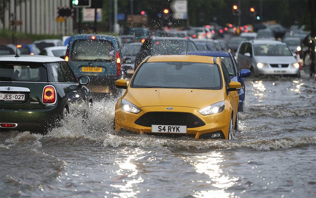 Lái xe dưới trời mưa bão cần chú ý những điều này - Ảnh 1.